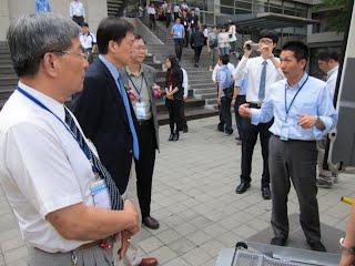 逢甲大學張保隆校長與台灣大學張學孔教授聆聽多扶解說