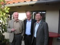 台大教授張學孔(右起)、德國斯圖佳特市長Shuster博士(中)與無車日創辦人Eric Britton於德國舉行的永續運輸研討會合影。